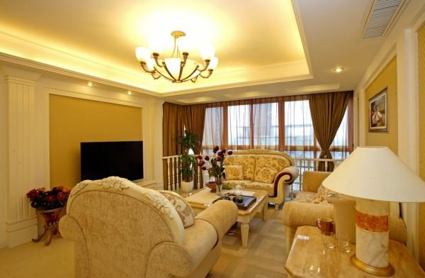 客厅豪华的沙发,华丽的吊灯,富丽堂皇