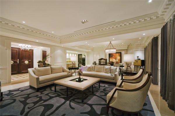 稳重而简约温暖的客厅,用穿透性强的玻璃屏风及壁炉相互搭配,以古典偏现代的手法连贯餐厅及公共空间,搭配壁面造型,大面积的落地采光,营造出简约高质感的空间氛围,典雅而不繁复。