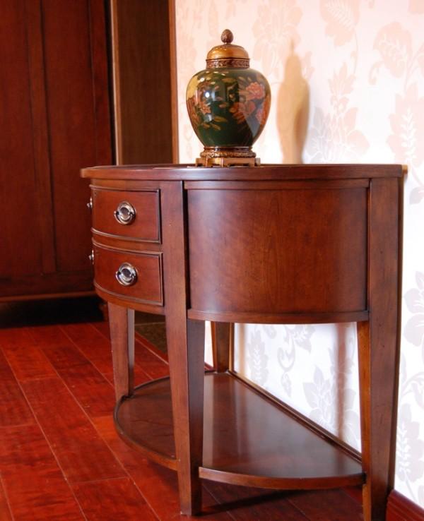 主卧室在色彩方面秉承了传统古典风格的典雅和华贵,但是与之不同的是加入了部分美式元素,在配饰的选择方面更为简洁,少了许多奢华的装饰,但又不失简单。