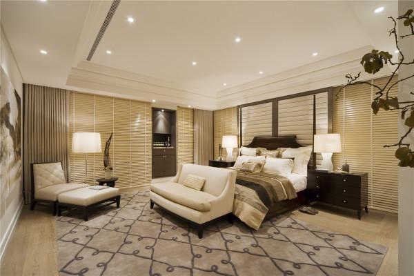 强调感官舒适性的主卧室,用大型饰画手法及搭配造型床架为其睡眠区最大特色,床后绒布的推拉门设计手法,将其较私密性的储藏功能完全隐藏于空间中。