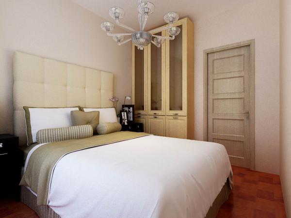 卧室虽然不是很大,在门的旁边可以放置一个三开门的柜子,可以收藏存储物品。