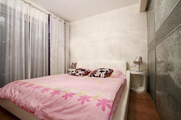 有种温馨浪漫的气息。卧室的飘窗也是设计中的一大亮点,并没有运用复杂的工艺,而是一块大理石台面上放置地毯一个,一个靠包,一扇卷帘,清新自然家的感觉油然而生。