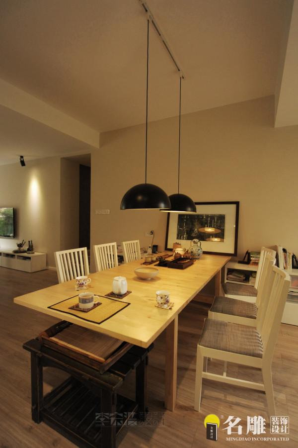 名雕装饰设计——餐厅:简单的木质餐桌、餐椅以及简洁的装饰背景让整个餐厅自然和谐、简单美好。