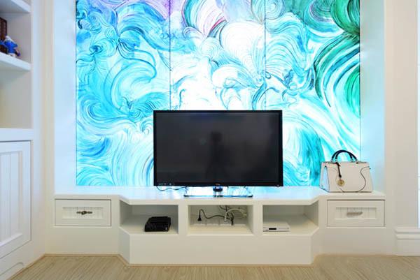 客厅是个暗厅,采光不好,特此在卧室与客厅之间运用彩色玻璃既增加采光,也增加电视背景墙的美观性。