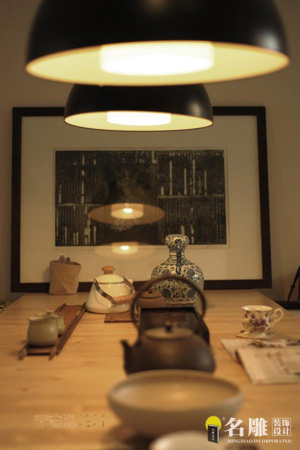 名雕装饰设计——餐桌:餐桌采用上好木材打造,桌上餐具、餐具充满历史感,文化意境弥漫在整个空间。