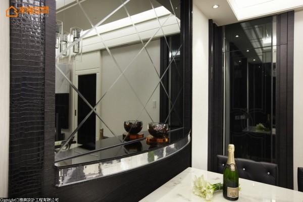 细节中为了迎合屋主对于琉璃的收藏需求,半圆形台面滚以马赛克金属板,端景平台华丽成形。