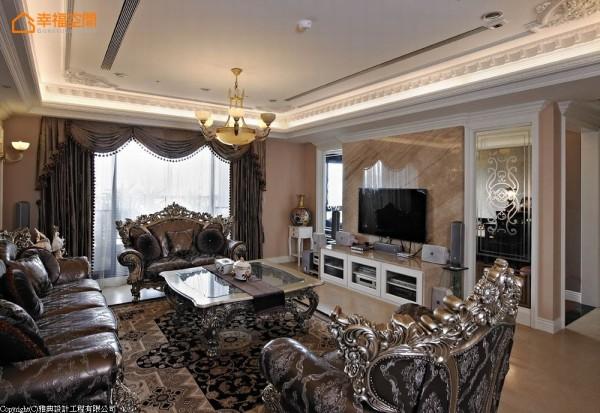 电视墙纯净透亮的大理石及清透玻璃,表面喷砂具古典美的图腾线条,光影与视线均能穿越。
