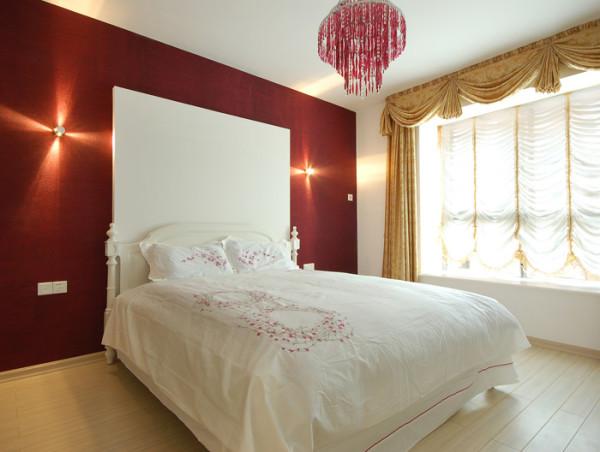 这套现代简约风格卧室中,看上去十分的简约,白色的床,配上的白色的床饰,经典而又具现代生活气息。