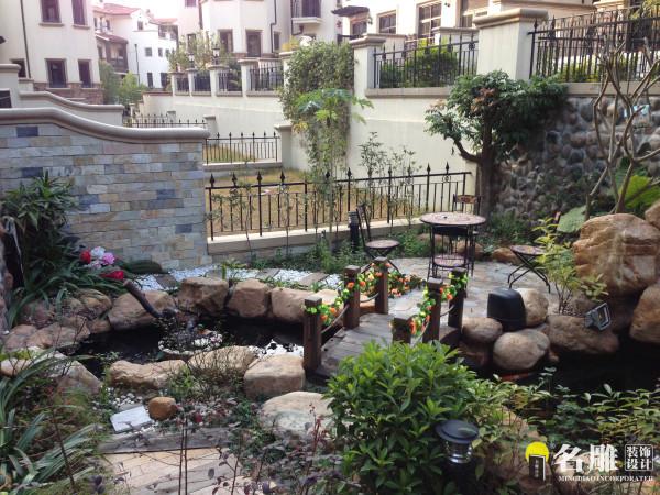 名雕装饰设计——花园:休闲小桌,水池、花草精心设计,体现一种自然的,随意的休闲的生活方式