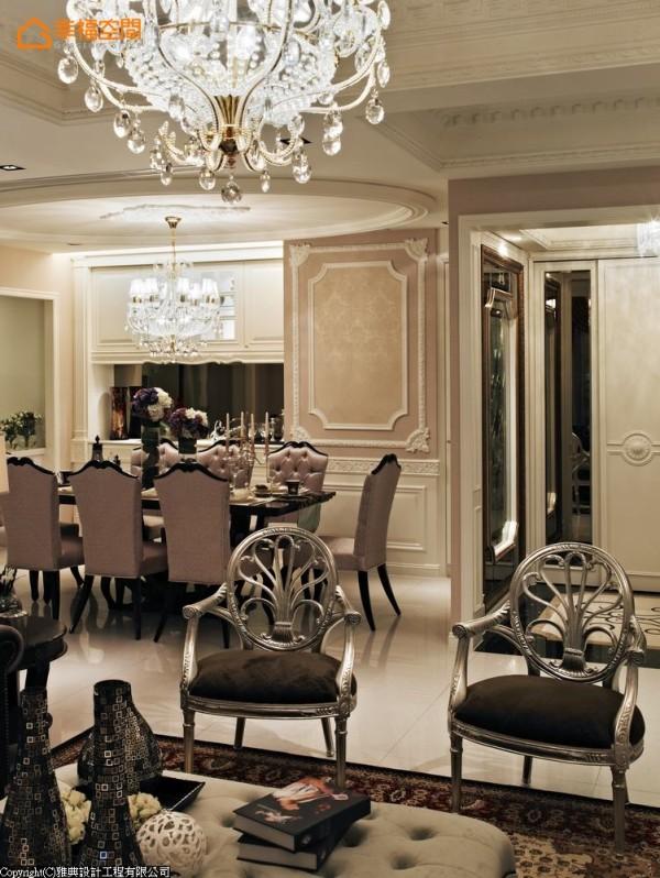 餐厅的大柱子以壁板修饰,左侧餐具柜结合备餐台功能。