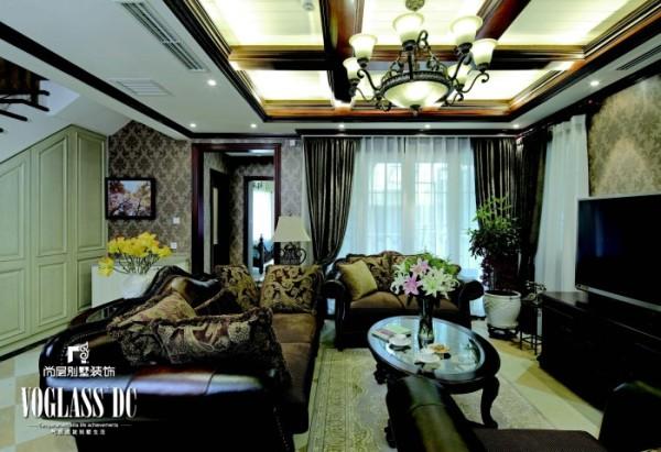地下一层家庭室 虽然是地下一层,可是阳光却毫不吝啬的照射到每个角落。色彩上进行了大胆的设计,顶面实木的木梁、皮布结合的沙发、深色暗花的墙纸及窗帘、深木色的家具都赋予这个空间稳重,大气的设计感觉。