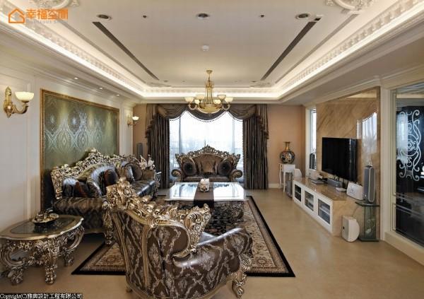 上升天际迭起精细雕琢的华美层次,搭配雕刻工艺精湛的古典家俱,彰显大宅富丽堂皇的设计主轴。