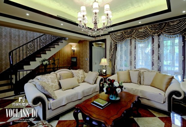 一层会客厅 整体色彩稳重、优雅、设计线条简练。墙面的设计以暗花纹的壁纸为主, 水波帘头柔和了整个空间。顶面采用了具有反光效果的特效漆,拉高了层高。地面的仿大理石砖让空间添了一丝活跃的气氛。