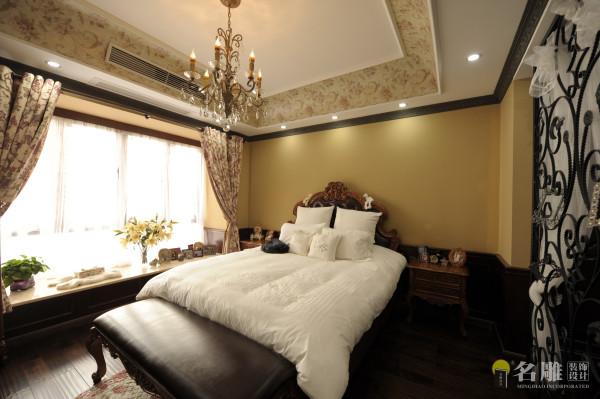 名雕装饰设计——主卧:设计突显温馨、优雅感,实木家私的造型、纹路,白色调的床套,铁艺屏风搭配白色的纱帘都尽显美式的古典之美。