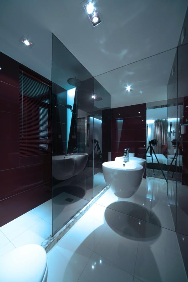与房间的主色调白色大相径庭,采用暗色加上玻璃的通透质感,打造出漂亮的一笔清冷感。
