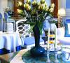 客厅中花朵枝蔓轻绕,实木家具极尽婉约,经过设计师巧妙的搭配,呈现出了成了一幅恬淡、浪漫的的法式画卷。