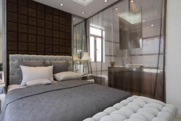 印花的卧具让室内春意盎然,卓有情趣。墙上的挂画则装点出古典的优雅。通过烘托、映衬、融合室内其他物体。