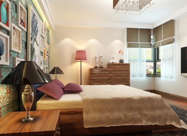 过惯了国外简单的生活,卧室不想太多的造型,重点做的是床头的背景,湖蓝色团花壁纸,整面的照片装饰墙,符合了业主的心理满足。