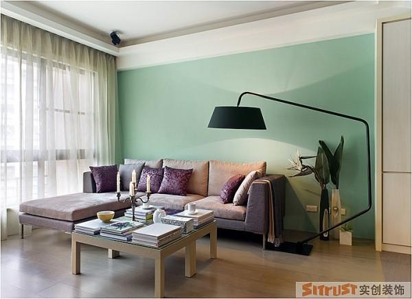 在客厅的软装效果上,重点在于色彩和材质的搭配,注重各种材质的协调感。 设计亮点:蓝绿的背景墙搭配灰咖色布艺沙发,加上木地板的效果让空间显得精致而清晰。