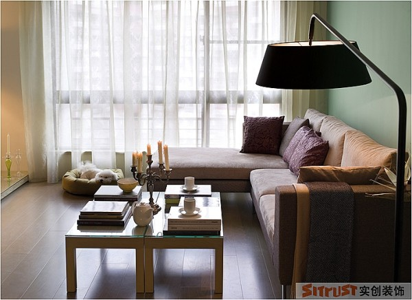 客厅作为生活休闲主要的空间,需要通过色彩软装来满足其舒适感。 设计亮点:沙发背景墙用了整面的蓝绿色的乳胶漆,大面积的色彩让空间生动灵活,富有清新感,搭配布艺沙发让主人在客厅休息的时候不由的放松身心。