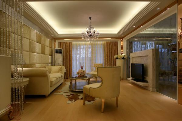 空间的布局以对称均分为主要手法,附以不同的地面材质划分空间,各功能区界限分明却又合为一体,功能与美感两相不误。半通透的书房与客厅相互呼应,彰显奢华大气。