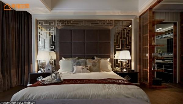 透过欧式线板作为外层框架,具有浓厚东方意象的图腾收金,打造独特性与高雅气质兼备的空间表情。