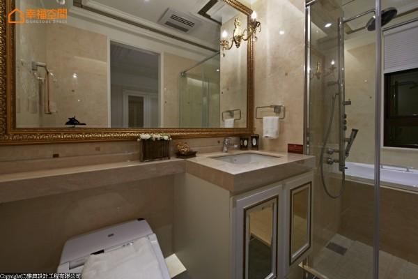 舒适宽敞的卫浴空间,在湿区部分除了基本的淋浴设备之外,还纳入了浴缸安排,以大尺度的画框镜面表现,回应整体风格的华美气度。