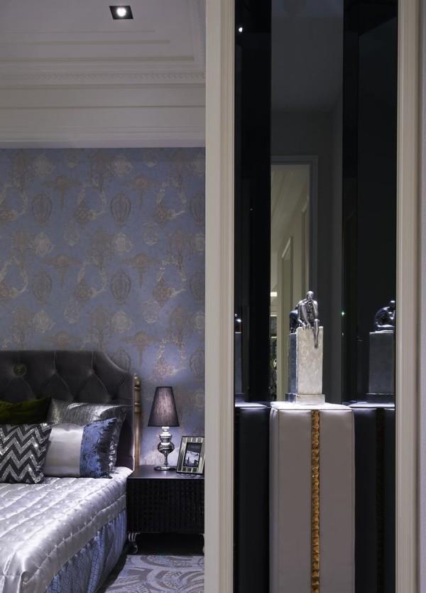 蓝色系的空间中,因衣柜有着正对廊道问题,因此设计师黄庭芝呼应公领域端景墙设计,镜面转折作为画面表现。