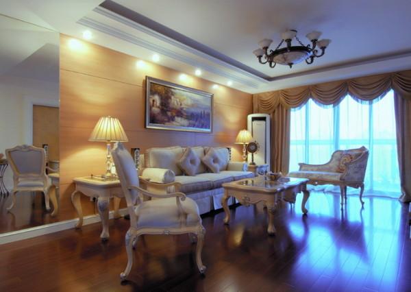 客厅沙发是典型的欧美风格,背景墙的油画更添艺术气息