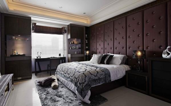 床头以深紫色营造奢华质感;凸窗两旁的柜体,特别融入国际精品的「F」Logo意象,用中央的大缺口,巧妙释出更流畅的光线通道。