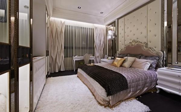 贯彻了转折手法,三段式的立体转圜加以宫廷式水晶灯,作出了床头主要造型。