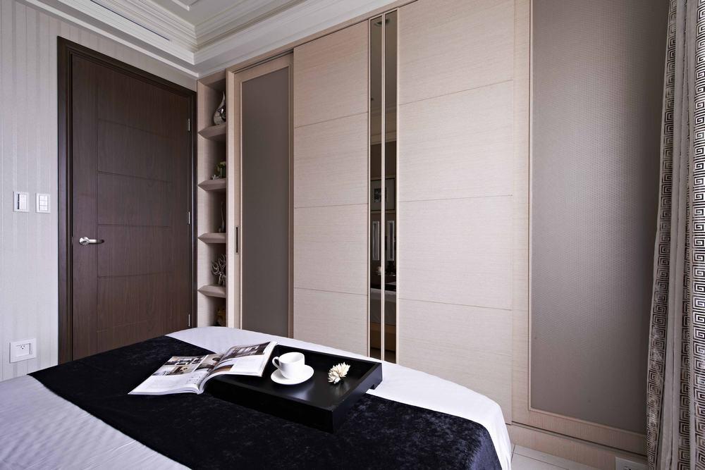 由于空间不大,因此柜子使用浅色搭配材质变化,降低压迫感。