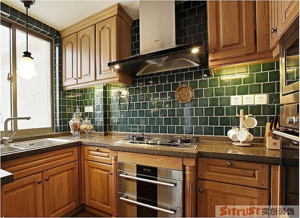 将生活的味道让自己看的见!厨房是调味生活的地方,只有出彩才能调出百味,木色的柔和的橱柜配以墨绿色的纯色小墙砖,将厨房渲染的生机昂然,有种对生活的无线憧憬与期盼