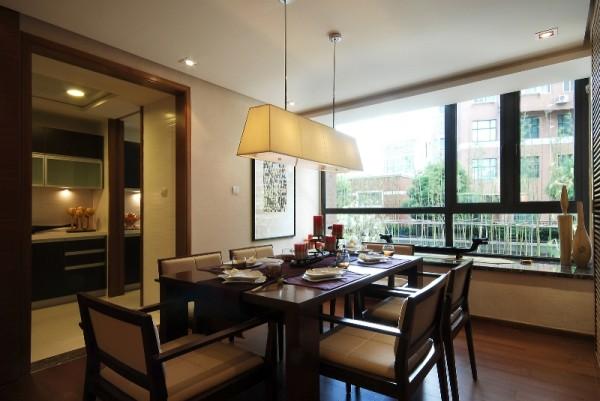 设计时将厨房门以及保姆房门整合成了一个大的隐藏推拉门,即美化整洁空间,又突出了餐厅的氛围,保证了实用性的同时也保证了艺术观赏性。