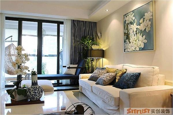 欧式布艺沙发搭配中式太师椅,西方的浪漫和中式的沉稳散布在客厅的各个角落。蓝色的白花的挂画,起到画龙点睛的作用
