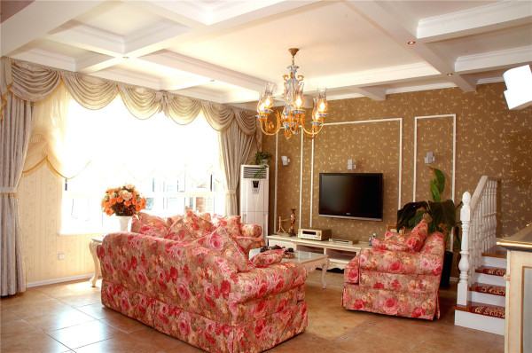 客厅顶面的灯饰让我们感觉到了气氛,然后沙发布艺的图案和色调,家具的形式,都散发着淡淡的乡土气息。