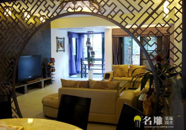 """名雕装饰设计——客厅:营造出端庄典雅的中国文化氛围。由深色木材拼成的电视背景墙上,刻着答复的荷叶图案,取""""出淤泥而不染""""之意。"""