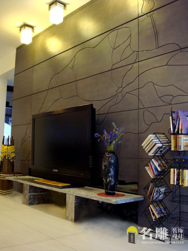 """客厅电视背景墙:由深色木材拼成的电视背景墙上,刻着答复的荷叶图案,取""""出淤泥而不染""""之意。"""