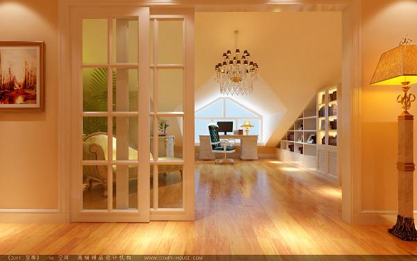 复式书房根据空间的形状,巧妙的处理了,墙面做成壁柜,面对大窗户处摆放书桌,整个空间的光线十分充足;门做成推拉式的,节省了空间。