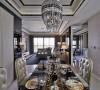 古典家私安排入用餐区块,佐以水晶灯钻芒,形塑气韵优雅的空间氛围。