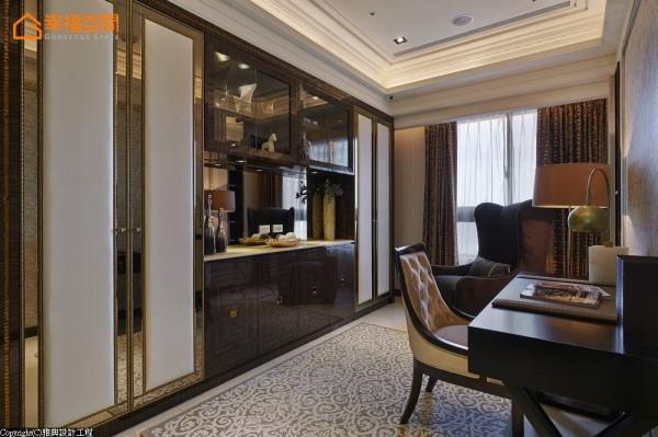 书柜亦是进门后的端景,除了以回字型木纹和精致镜面打造收纳柜,中间更订制透明玻璃柜,增加主景的展示性。