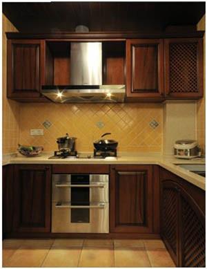 厨房色调稳重大方,不锈钢镶嵌直吸的油烟机增加了空间的质感,黄色的小砖是整个画面更和谐统一,正面的斜铺和花片起到了画龙点睛的作用,又使空间有了跳跃的统一,仿古砖地面朴实,形成了低调的奢华。