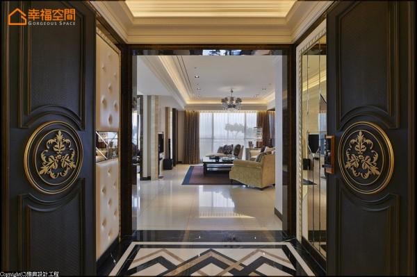 以几何放射状语汇,于入口地坪直接连结室内的装饰风艺术主题。玄关通道的两边,分别运用绷布拉钻、精致镜面切割呈现,并于左边隐藏一间鞋室。