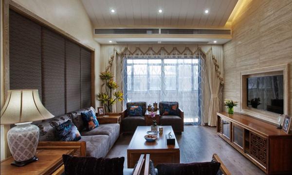 """沙发为古典实木家具,坐垫和靠背分别融入了中国元素,摆放的方式也同""""天方地圆""""的思想不谋而合,客厅采光较好,大有气势磅礴之感。"""