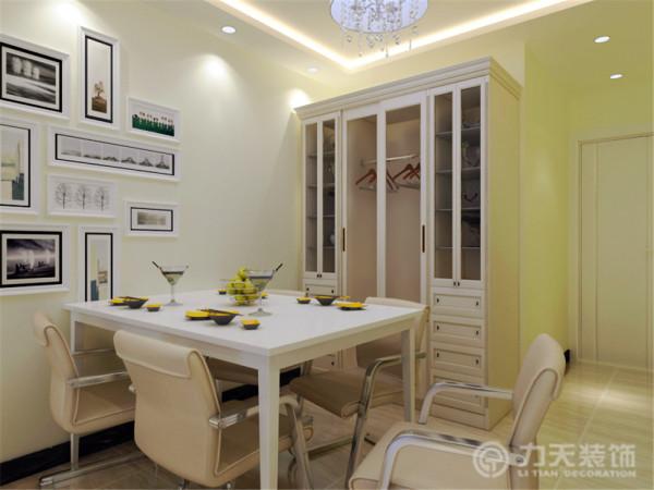 整个空间设计出了三个主要储物空间,入户后餐桌旁是一个比较大的储物柜