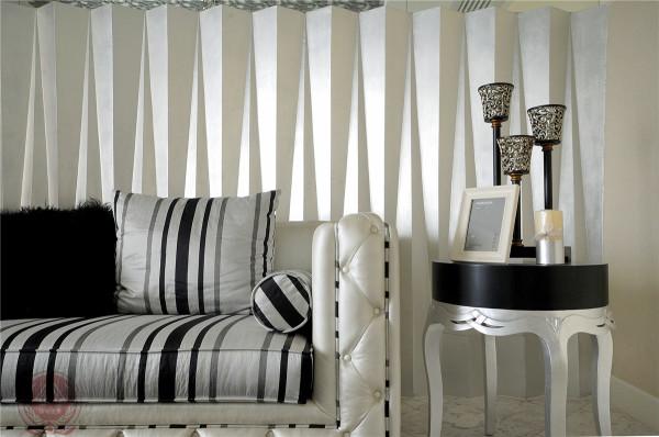 客厅和餐厅区,黑白为主调的围体、家具以及饰品擦出视觉上的兴奋。单一的色调和精细的花线,搭配一些永恒而经典的饰品,突显主人的优雅与品位。