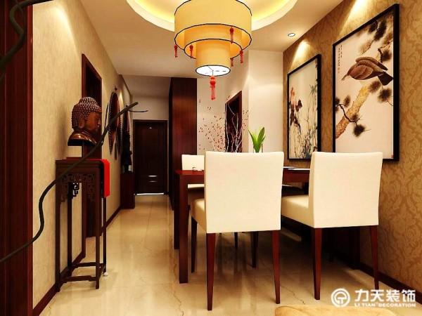 入户有一个餐厅,左边是客厅,墙壁的挂画生动有声