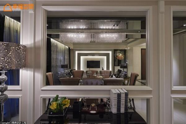 灰玻穿透之间,水晶灯、电视主墙成了层层框景中的深邃画面。