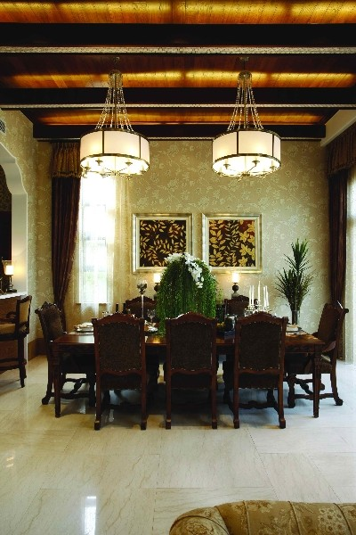 墙身及天花造型以弧形作基本元素,延伸至整个室内空间,同时墙身大胆地运用涂鸦的绘画方式作为装饰,另
