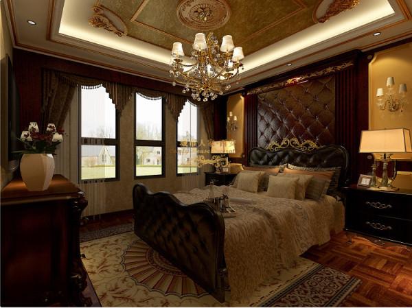 在卧室我们运用黄壁布,吊顶运用纯度很高的金箔来跳跃整个空间,浅色的地面将本案的低调奢华体现的淋漓之尽。